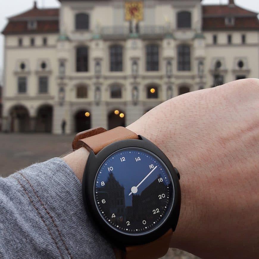Wristshot der slow O 11 vor dem historischen Rathaus von Lüneburg
