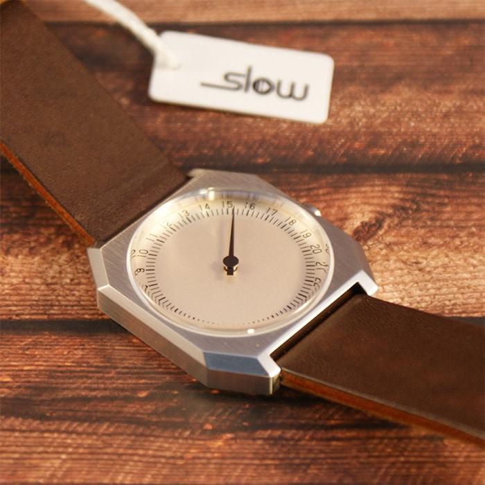 Zum Vorschein kommt eine wertige Einzeigeruhr - die slow Jo 17