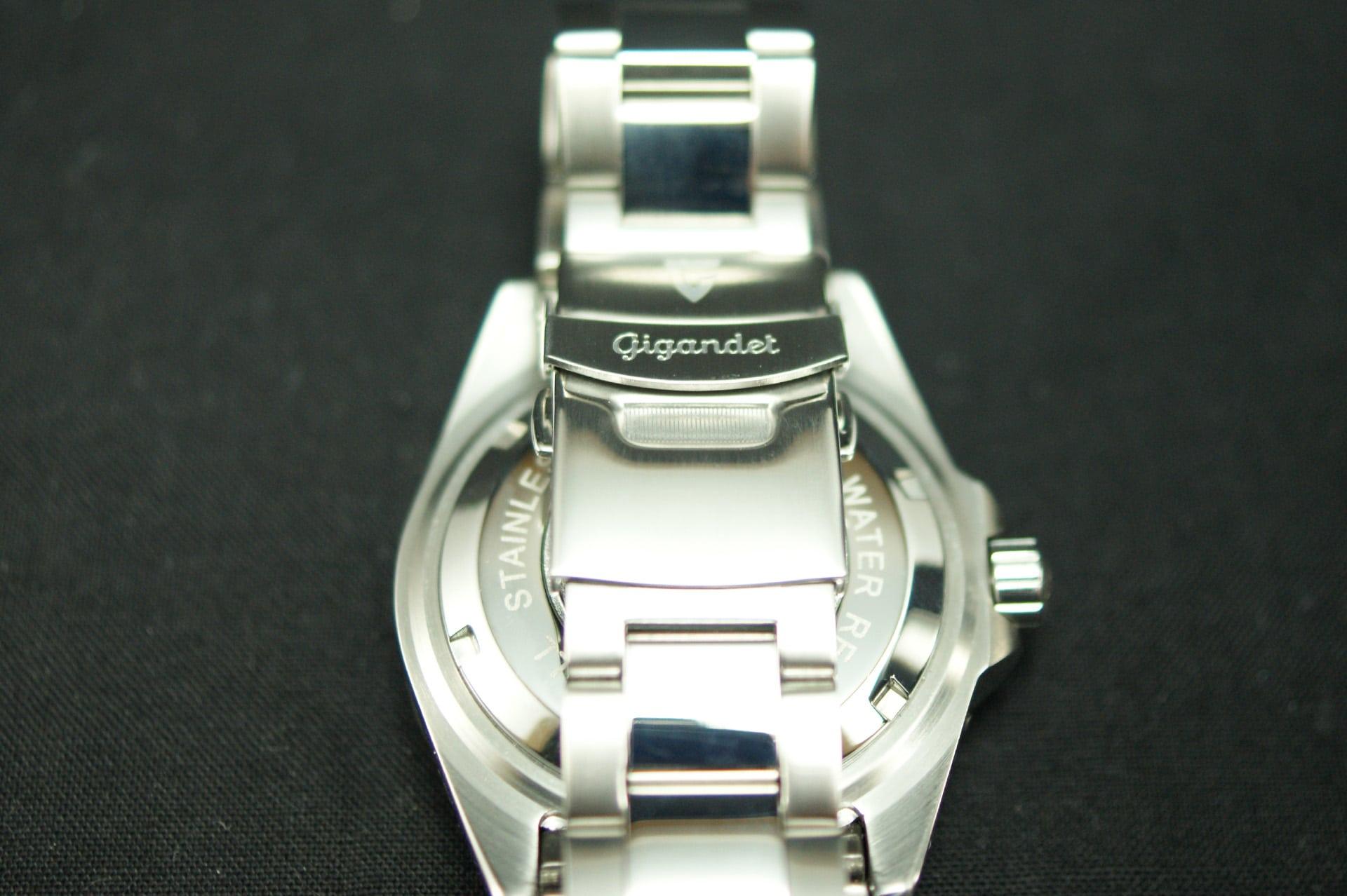 Das Armband der Gigandet Sea Ground G2-002 besteht aus Edelstahl und ist aus Gliedern zusammengesetzt. Somit kann man es ganz individuell verlängern oder verkürzen.