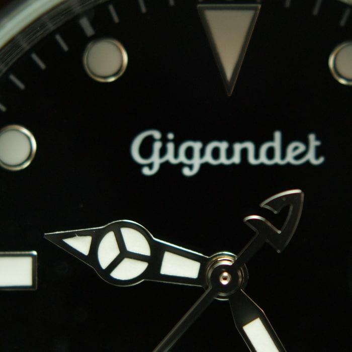Der Stundenzeiger ist detailliert gestaltet und mit Leuchtmasse versehen. Dies sorgt dafür, dass auch bei Dunkelheit die Uhrzeit abgelesen werden kann.