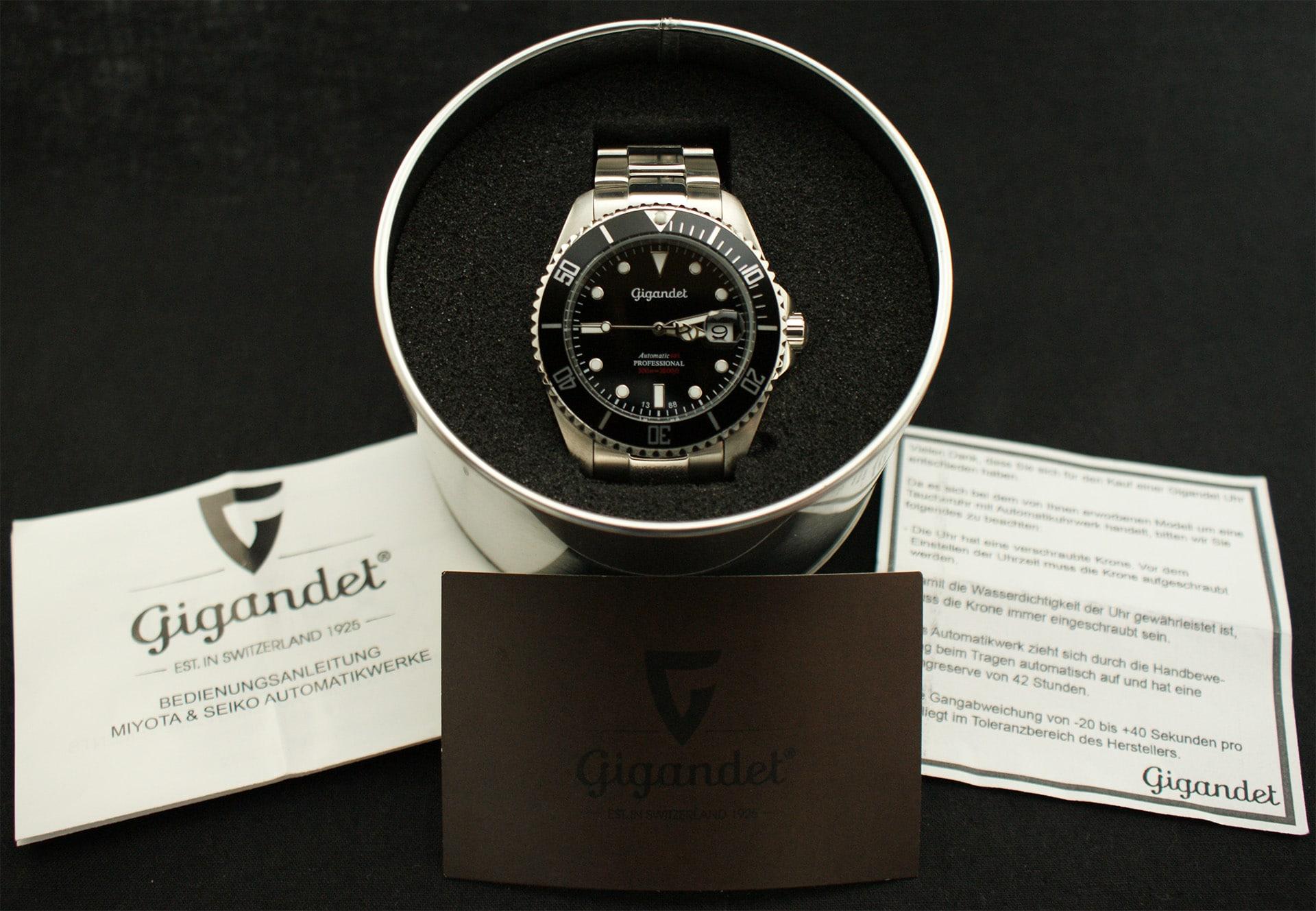 Im Lieferumfang befinden sich die Armbanduhr, die Garantiekarte, zusätzliche Gliederelemente für das Armband, Bedienungsanleitung des Uhrwerks sowie ein Hinweiskärtchen für den ersten Gebrauch.