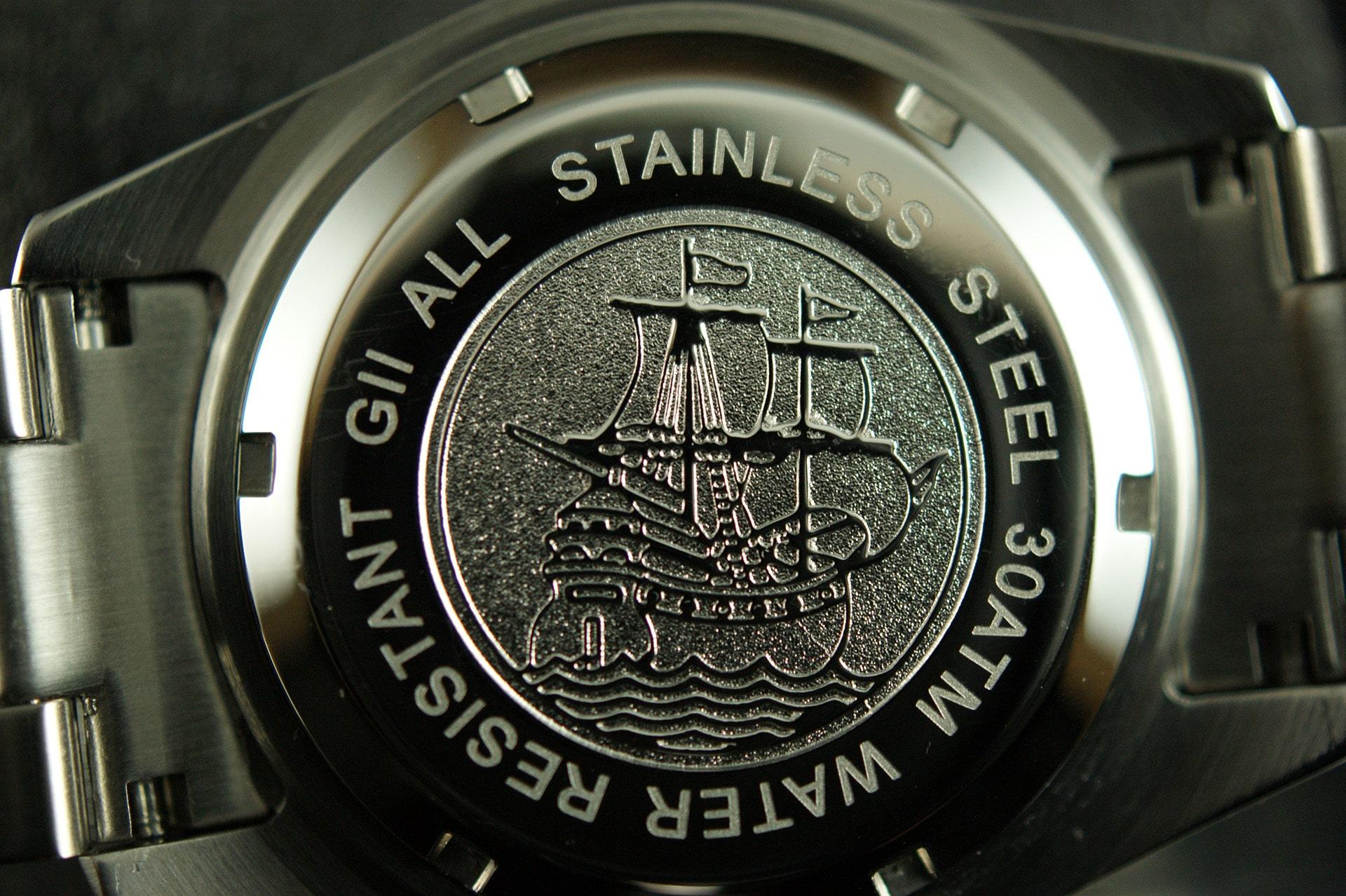 Auf der Rückseite der Gigandet Sea Ground G2-002 ist das Relief eines historischen Schiffs zu sehen sowie die Angabe der Wasserdichtigkeiten (30 ATM = 30 bar).