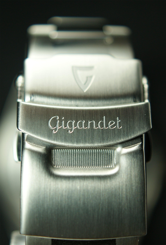 Mittels Sicherheitsfaltschließe kann die Armbanduhr verschlossen und geöffnet werden.