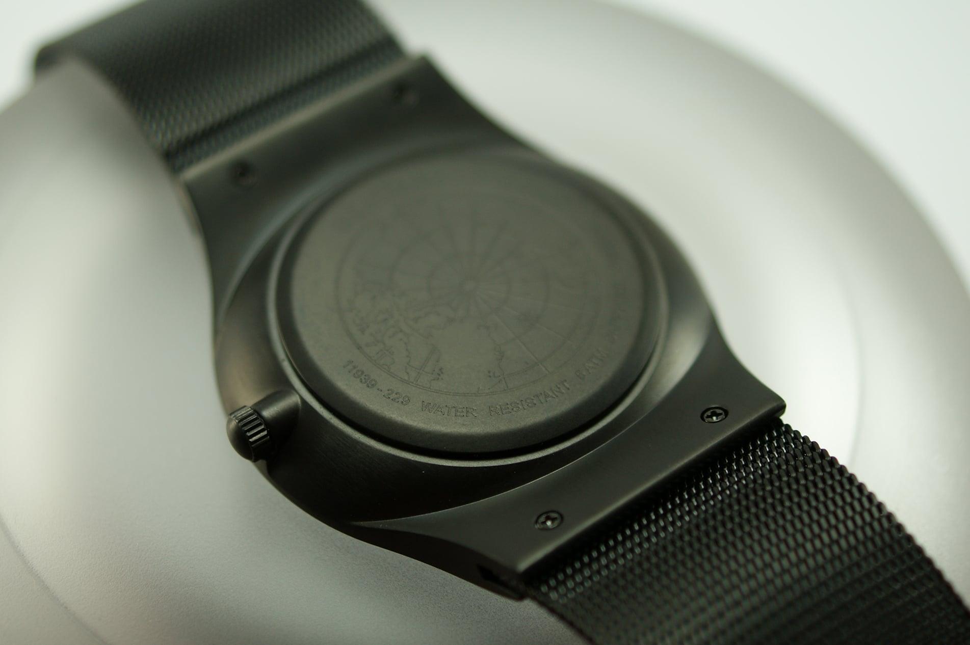 Das Milanaise-Armband ist mit dem Gehäuse fest verschraubt.