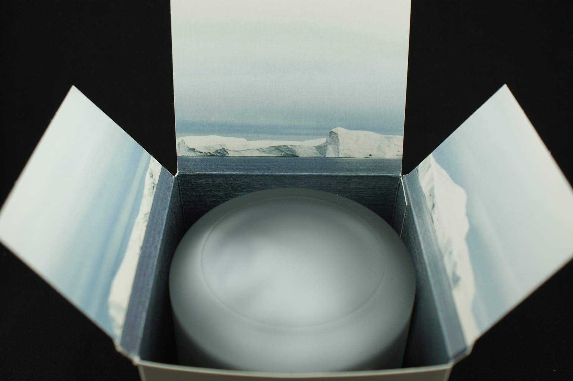 Die Bering Titanium 11939-229 wird in einem weißen Karton geliefert, in dessen Inneren ein gläserner Zylinder die Armbanduhr vor Stößen schützt.