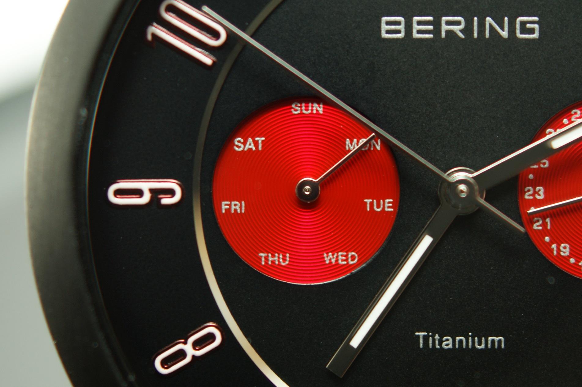 Das linke Funktionsauge bei der 9-Uhr-Position zeigt den aktuellen Wochentag.