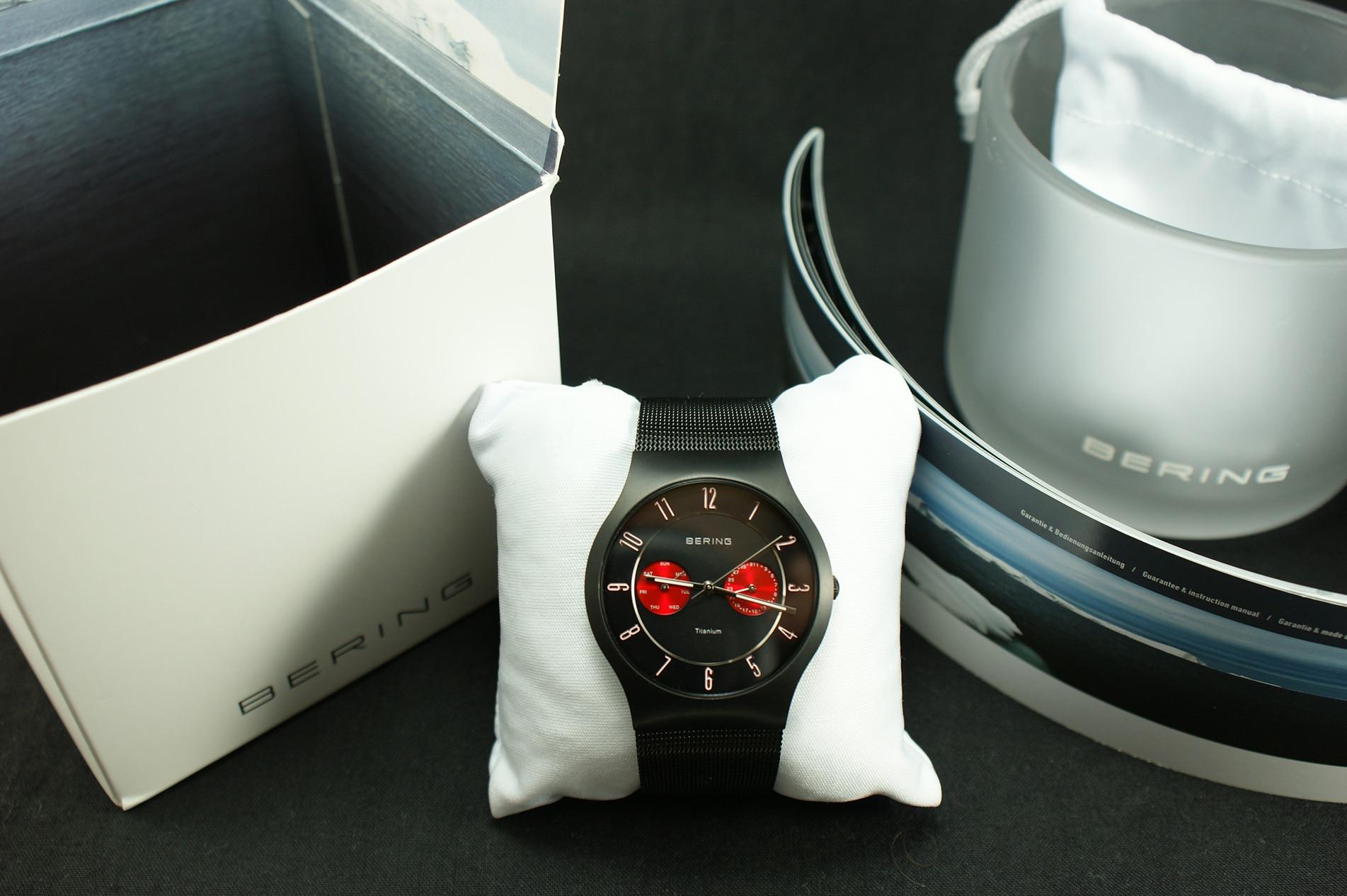 Die Uhr ruht auf einem Stoffkissen, welches in einem weißen Beutel mit BERING Aufdruck verwahrt wird. Im Lieferumfang befindet sich außerdem die Garantie- und Bedienungsanleitung.