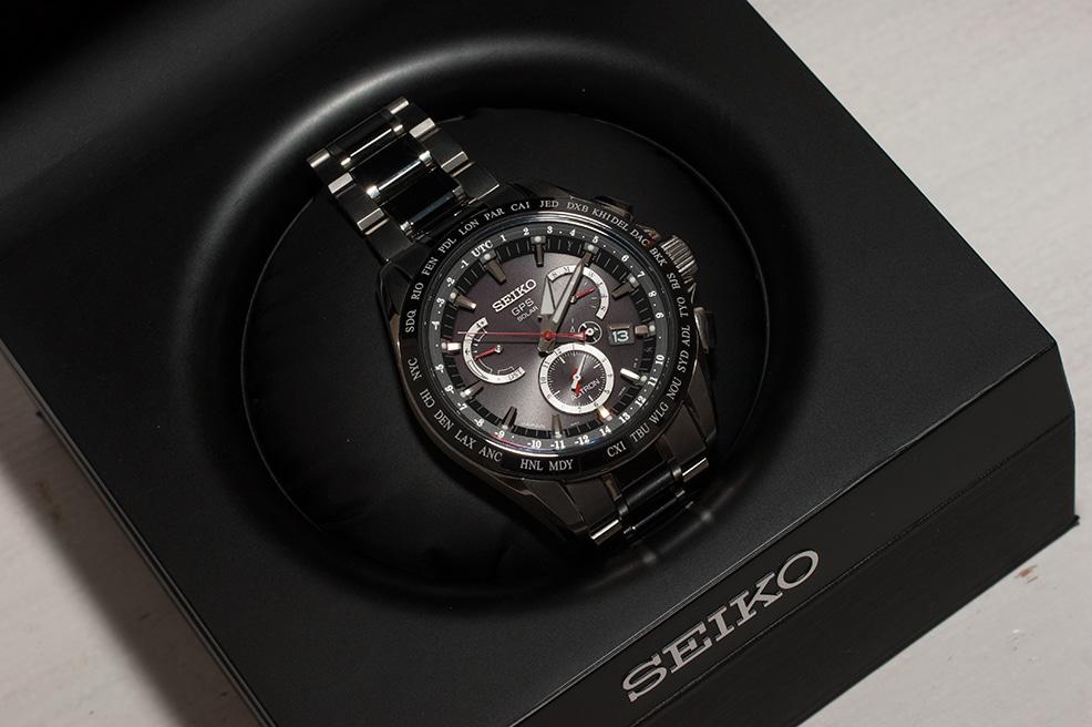 Die Seiko Astron Uhrenmodelle werden in einer stabilen Uhrenbox geliefert, die mit Stoff überzogen ist.