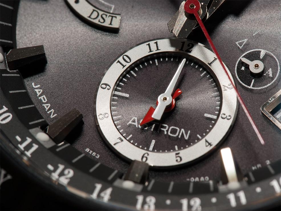Die zweite Zeitzone befindet sich oberhalb der 6 Uhr Position und kann frei eingestellt werden mittels Krone und Drücker.